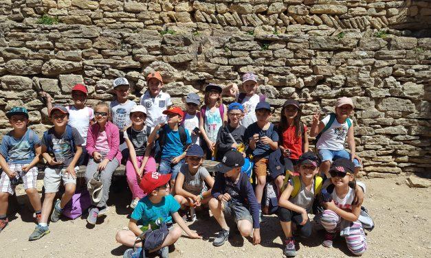 La sortie scolaire à la forteresse de Mornas des classes de CE1, CE2, CM1 et CM2.