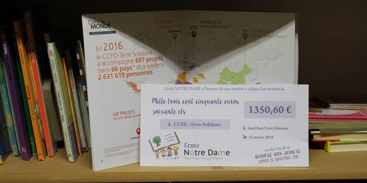 Mme la Chef d'établissement remet un chèque de 1350.60€ au CCFD.